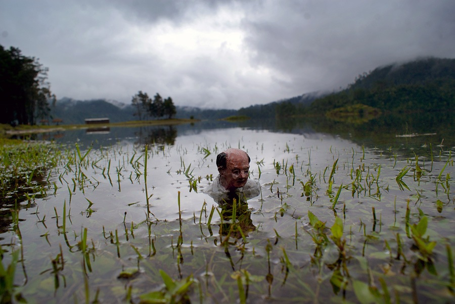 The other border. Lagos de Montebello, Chiapas. México. Cement Eclipses -By Isaac Cordal 2013 in 9